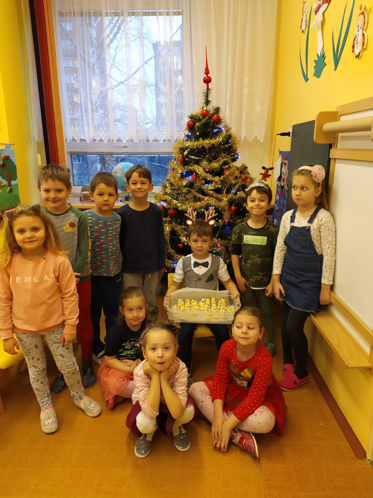děti před stromečkem