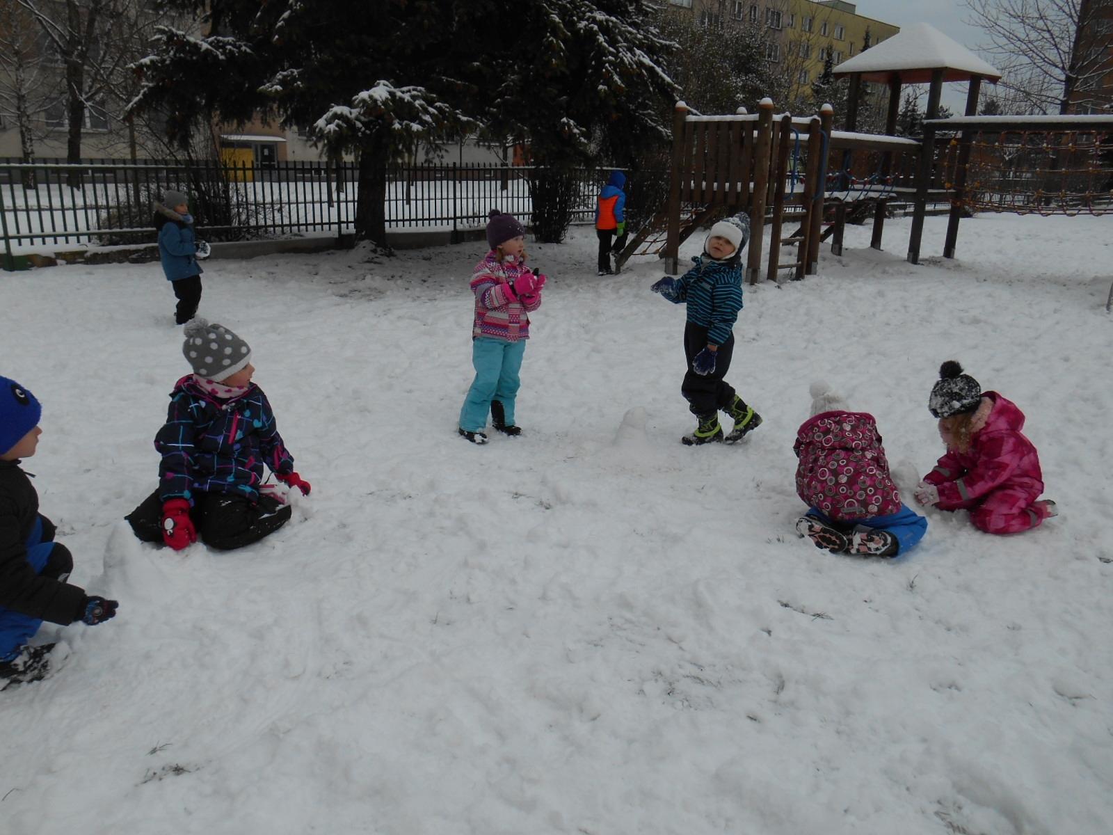 děti na školní zahradě