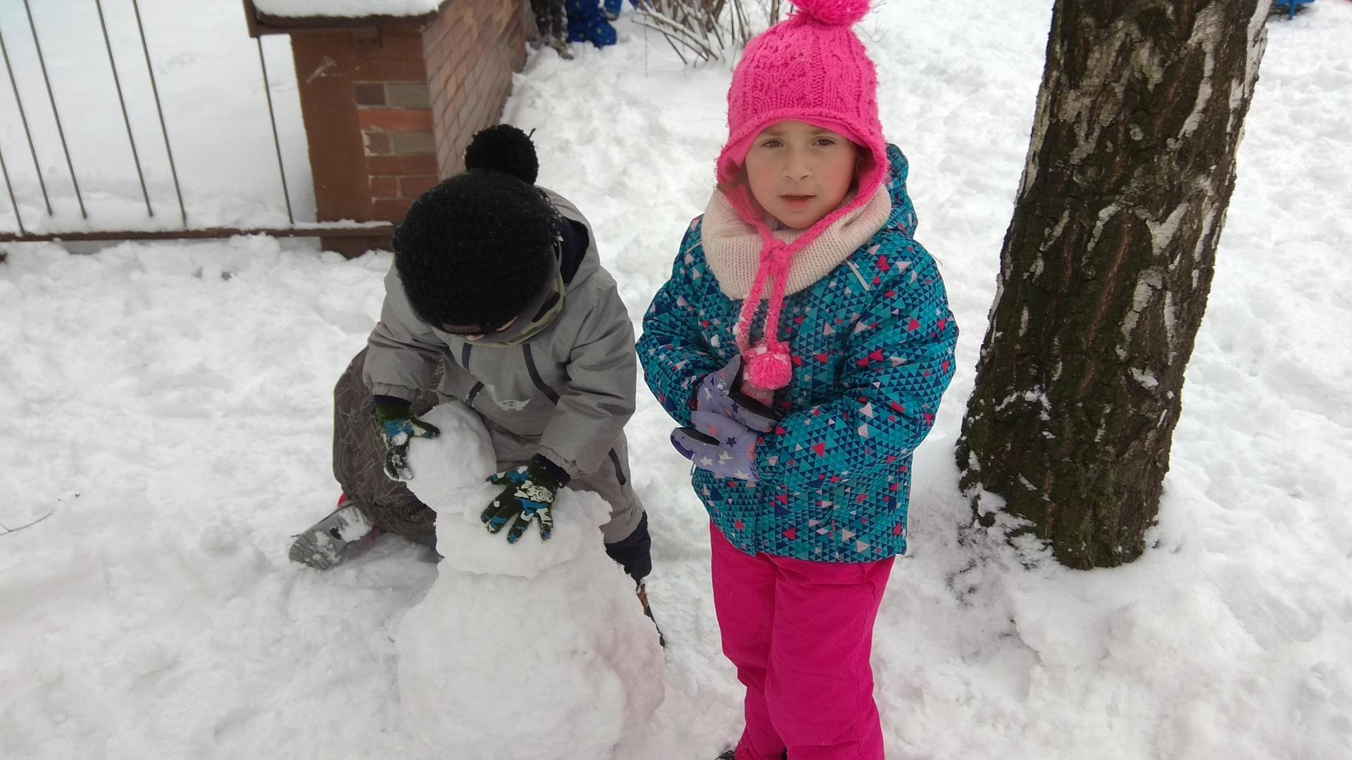 Děti lepí kouli.