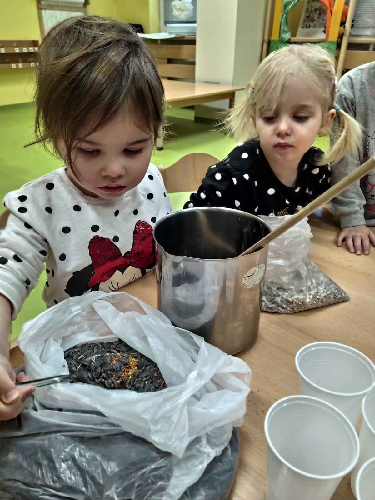 Děti rozlišují semínka.
