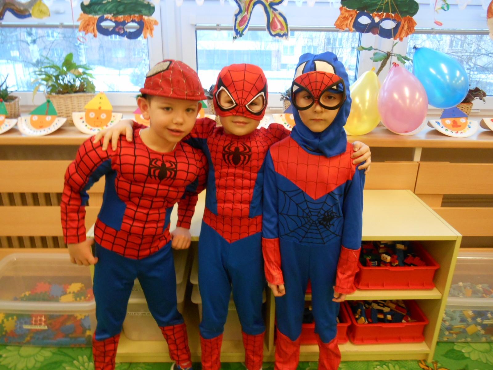 trojice Spidermanů
