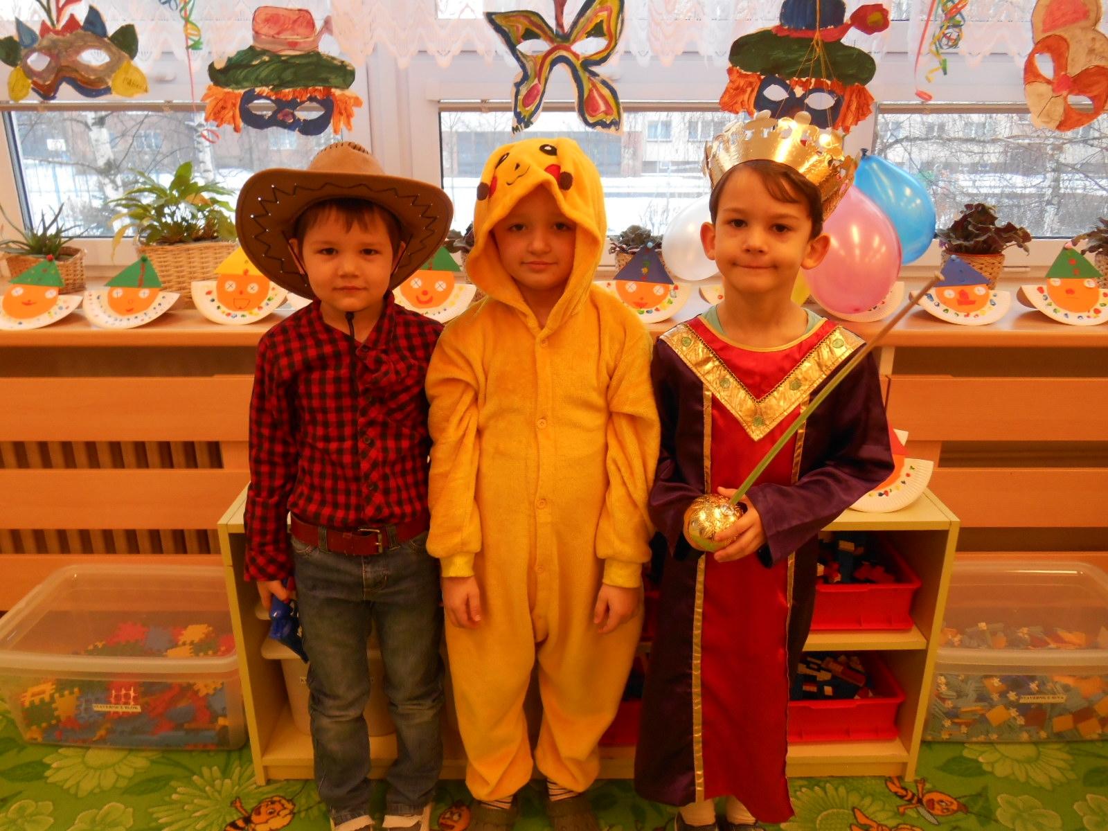 trojice v kostýmech