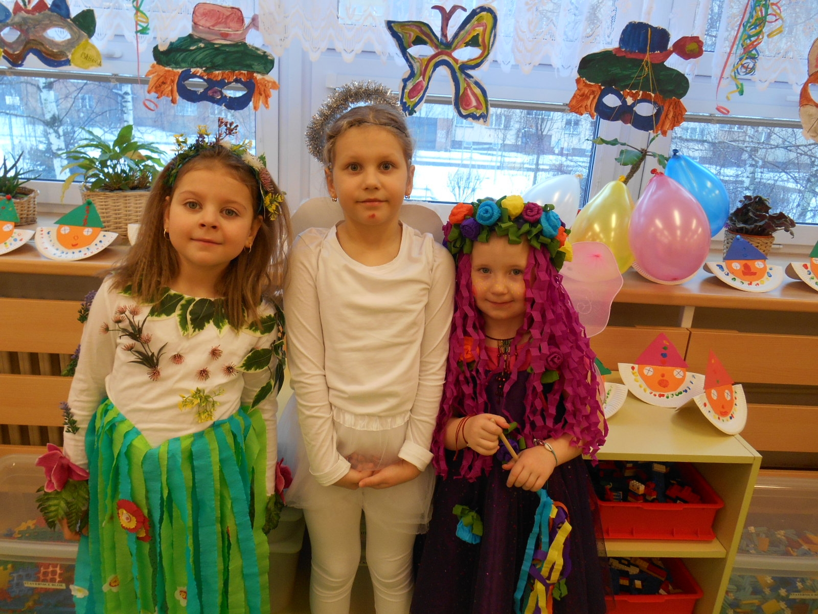 děvčata v kostýmech