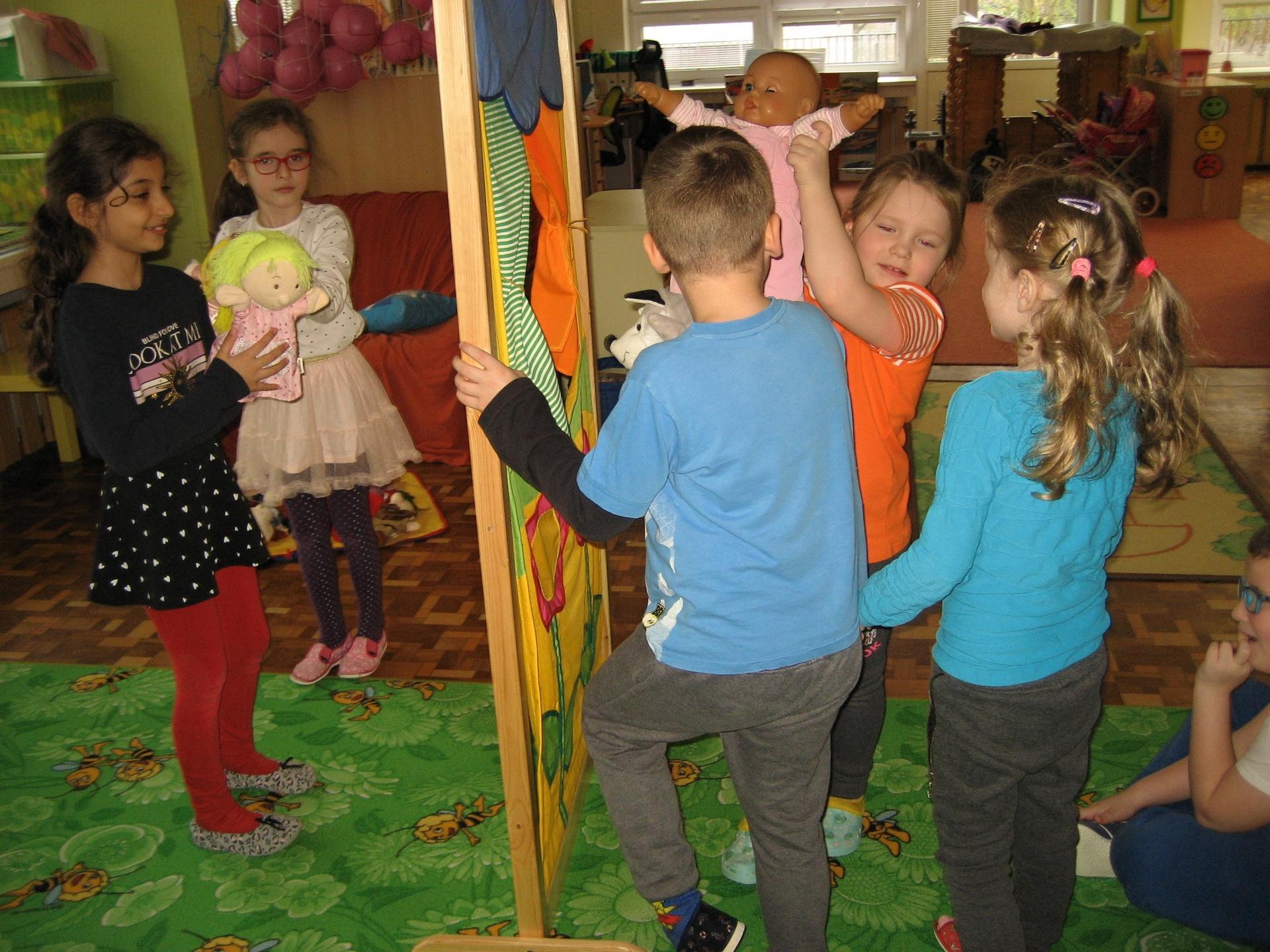 Skupina dětí hraje divadlo