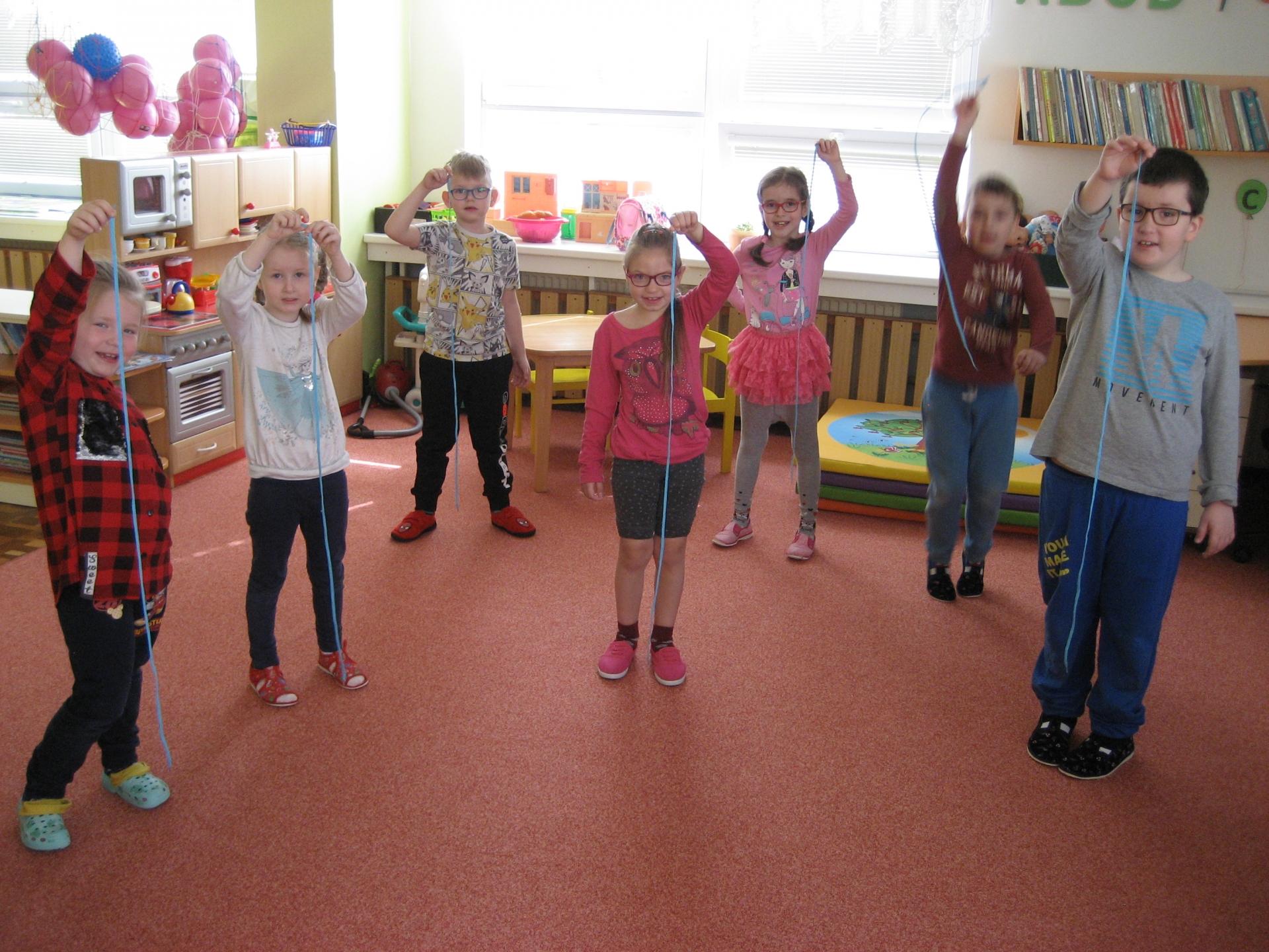 Děti cvičí s tkaničkou 1