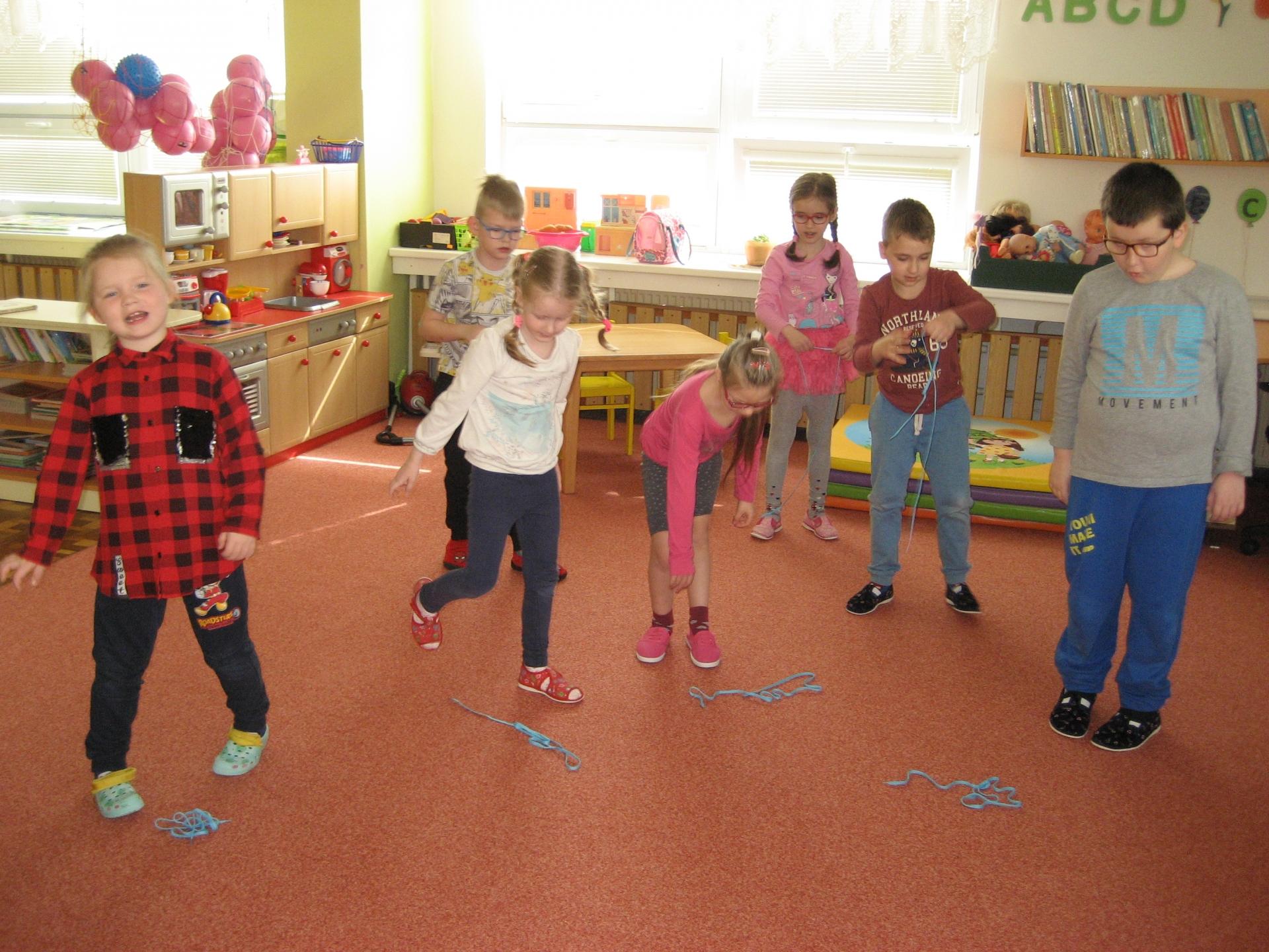 Děti cvičí s tkaničkou