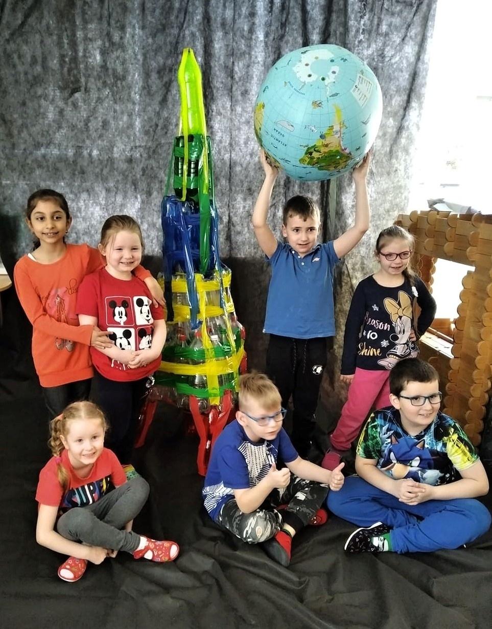Děti s raketou z PET lahví