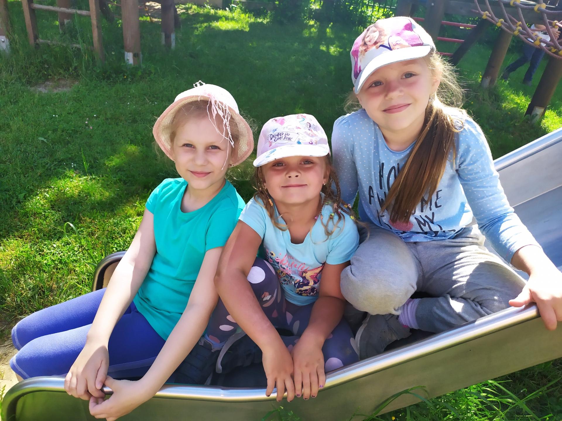 děvčata na zahradě