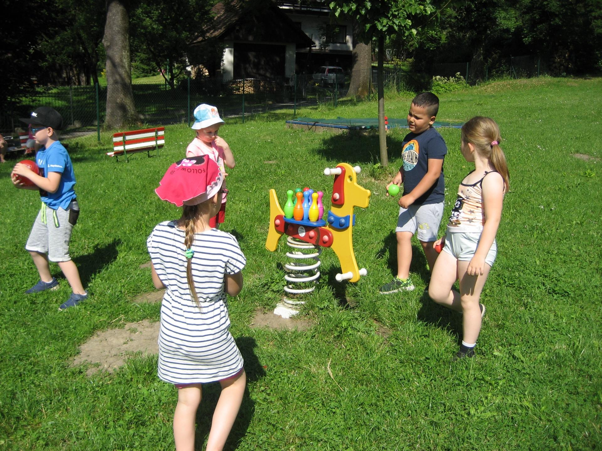 Děti si hrají s kuželkami