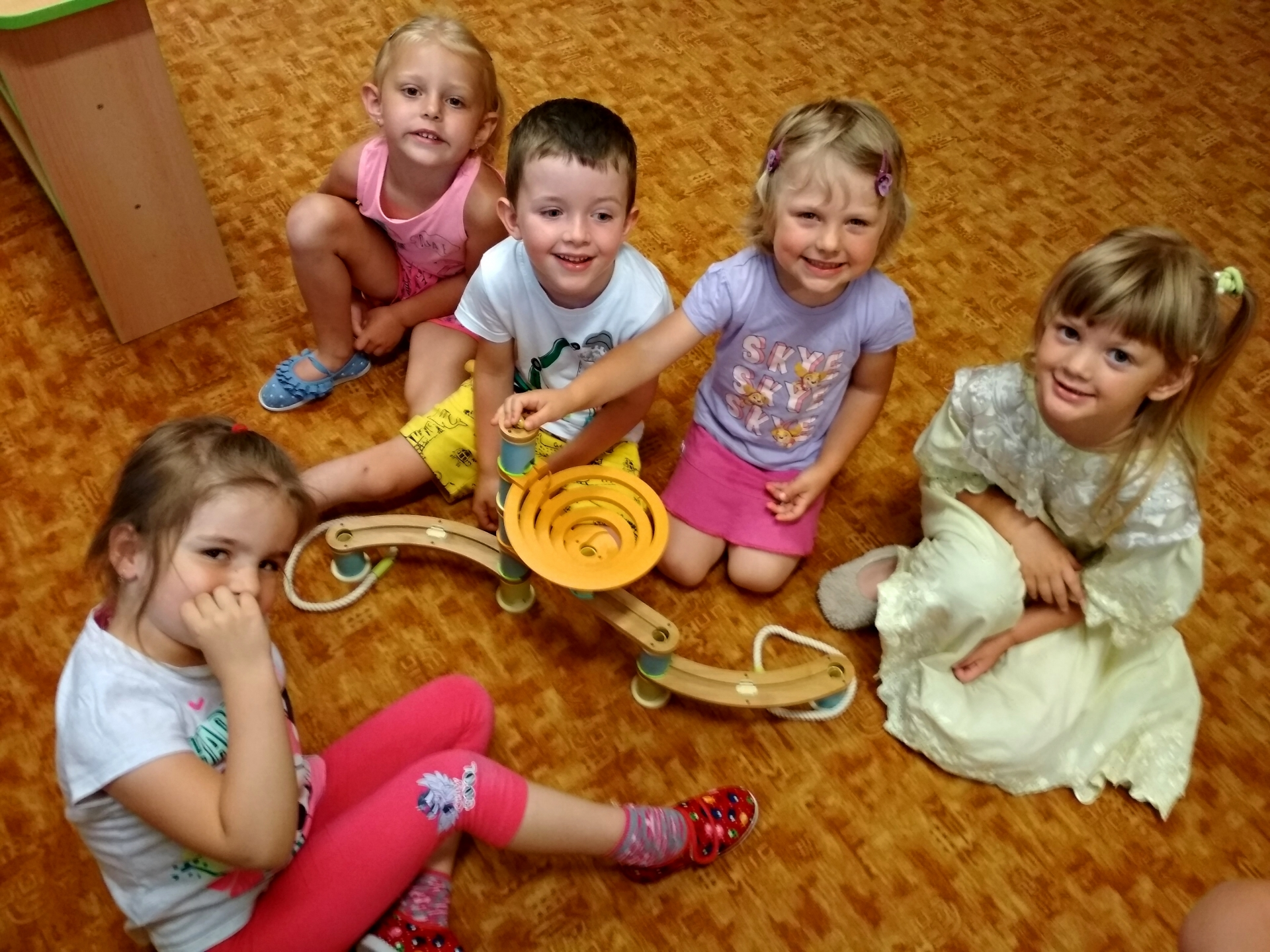 děti s kuličkovou dráhou