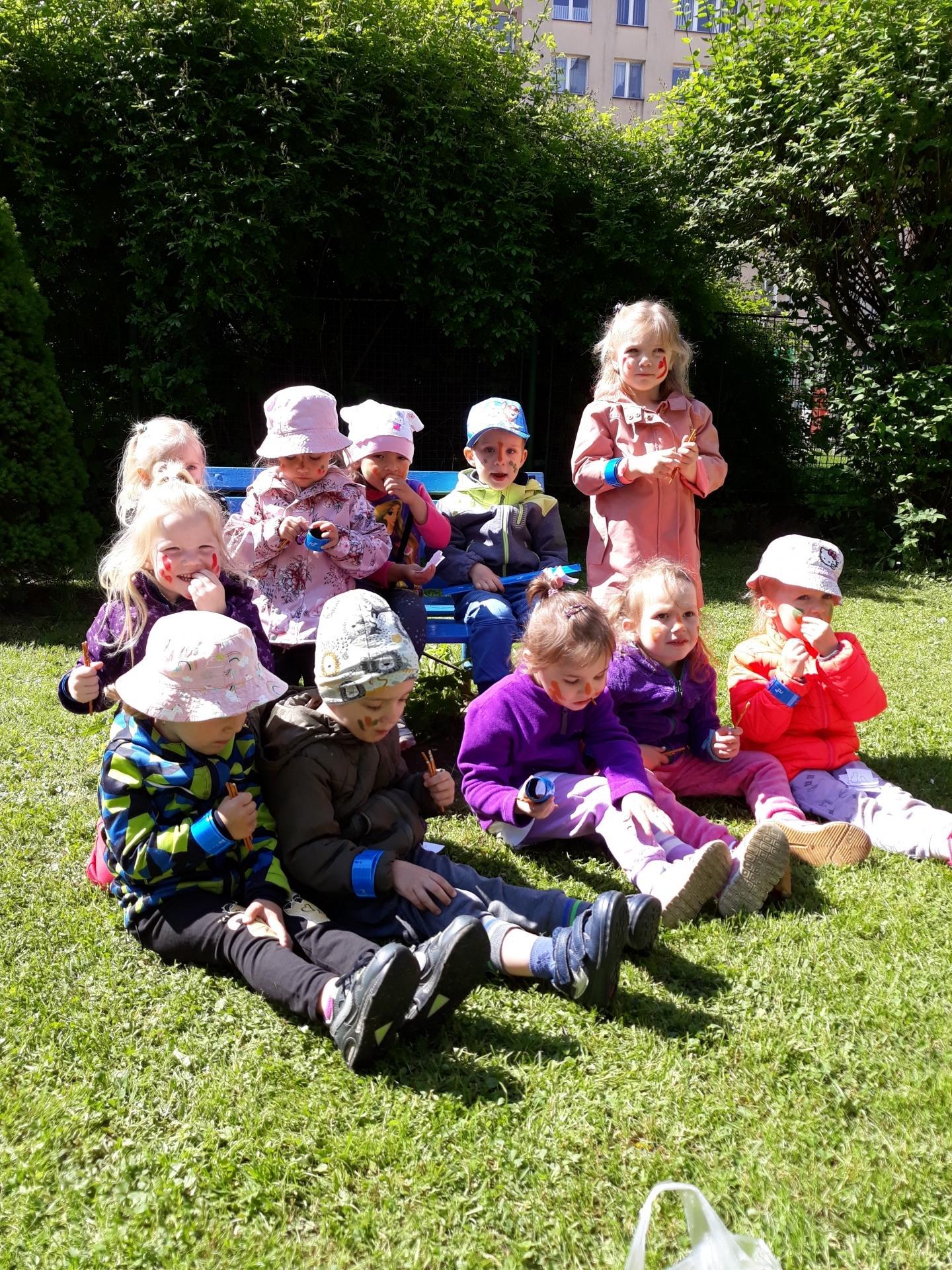 den dětí na zahradě