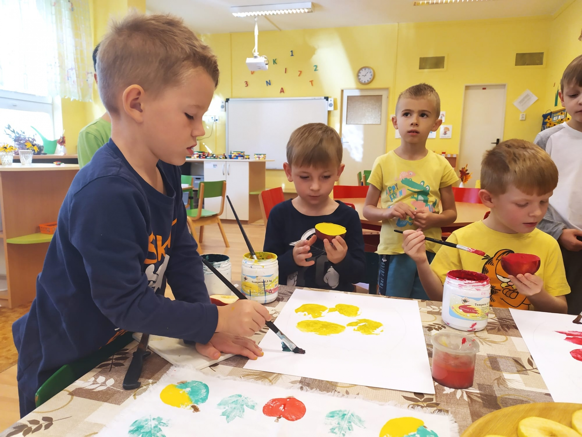 Děti pracují s barvou.