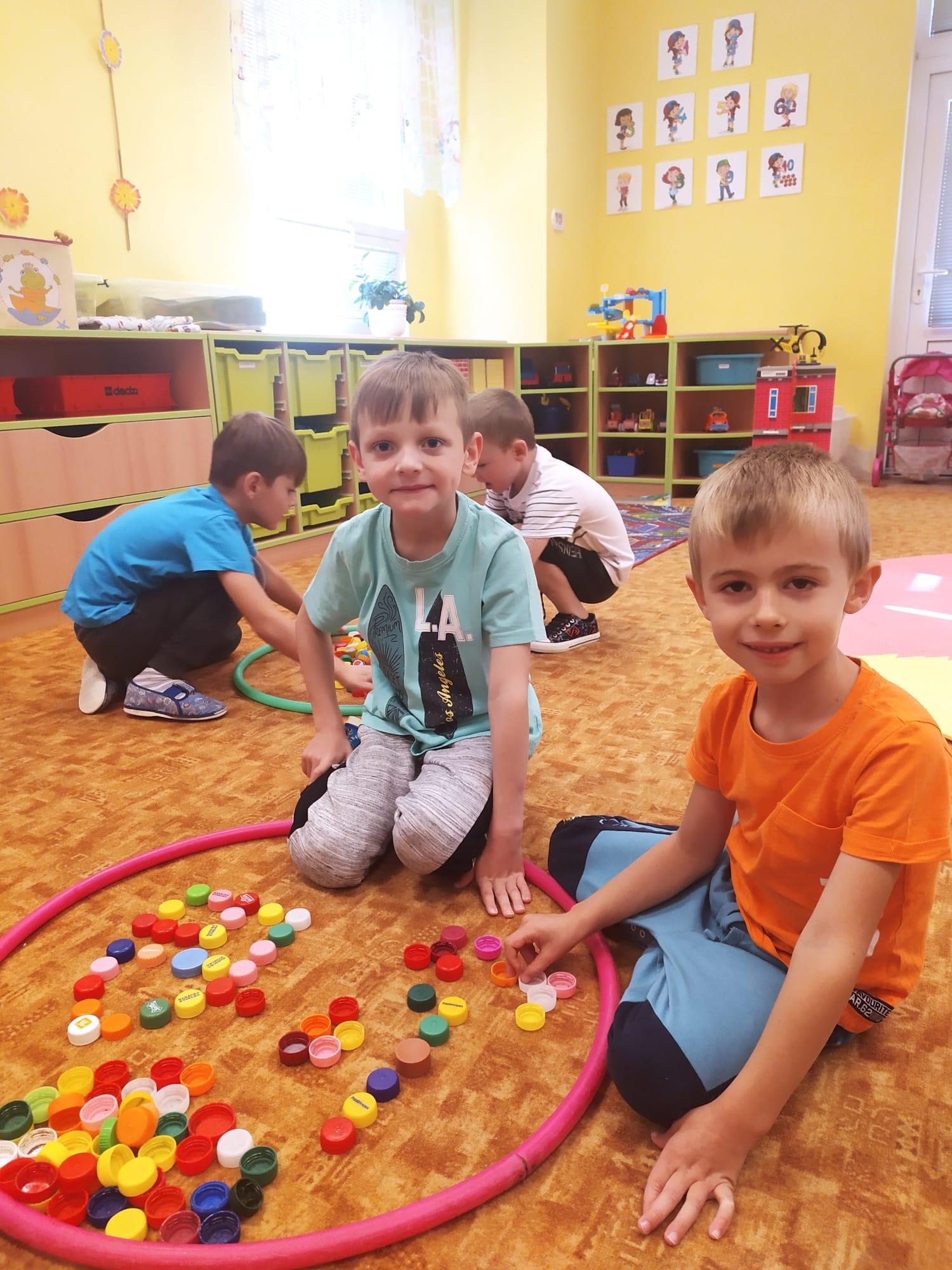 Skupina dětí s víčky.