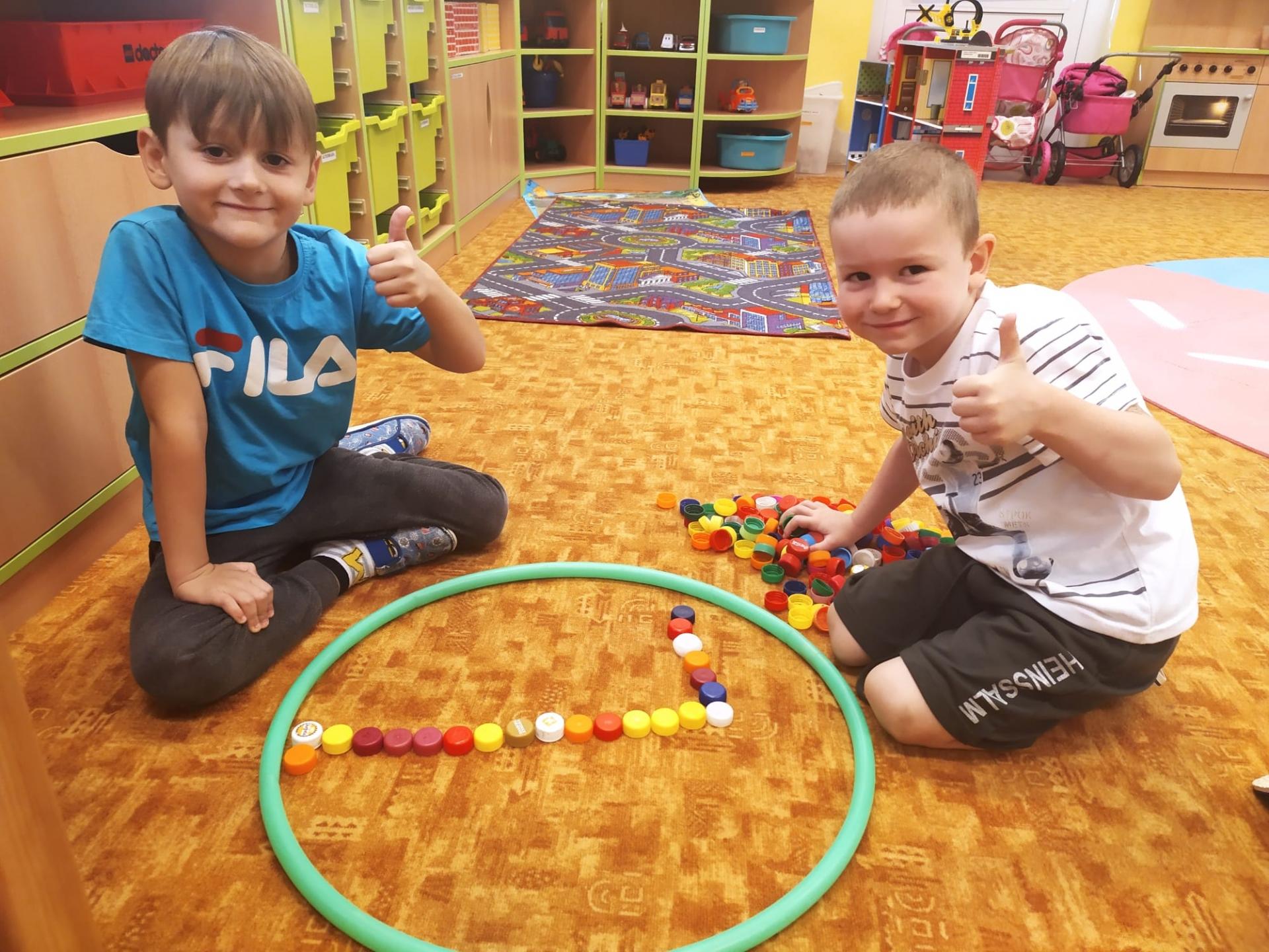 Chlapci plošně konstruují.