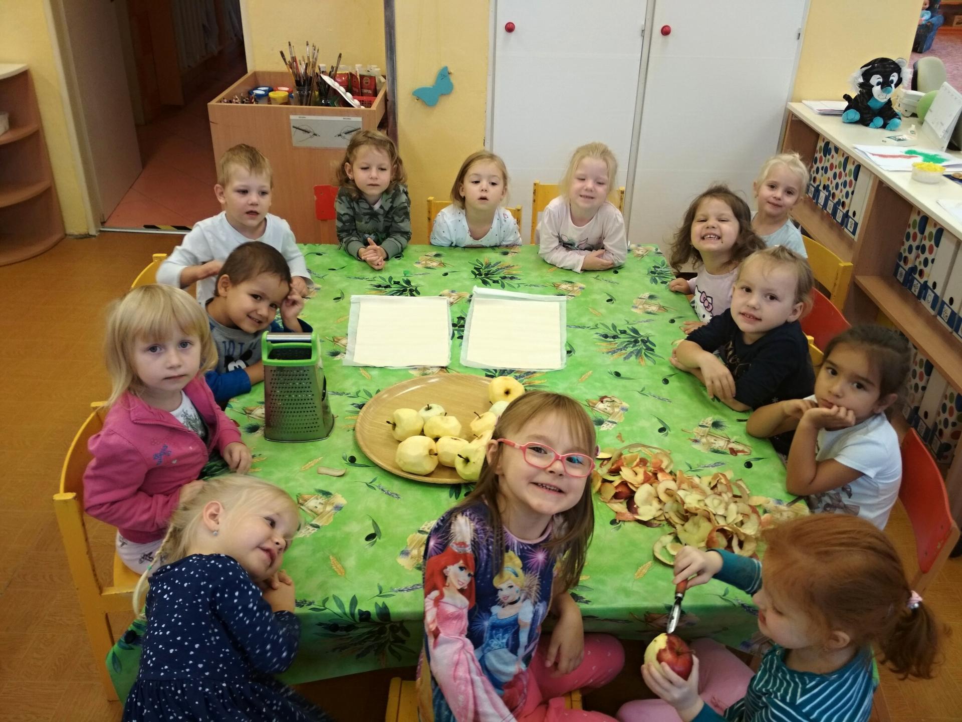 Děti sledují balení závinu.