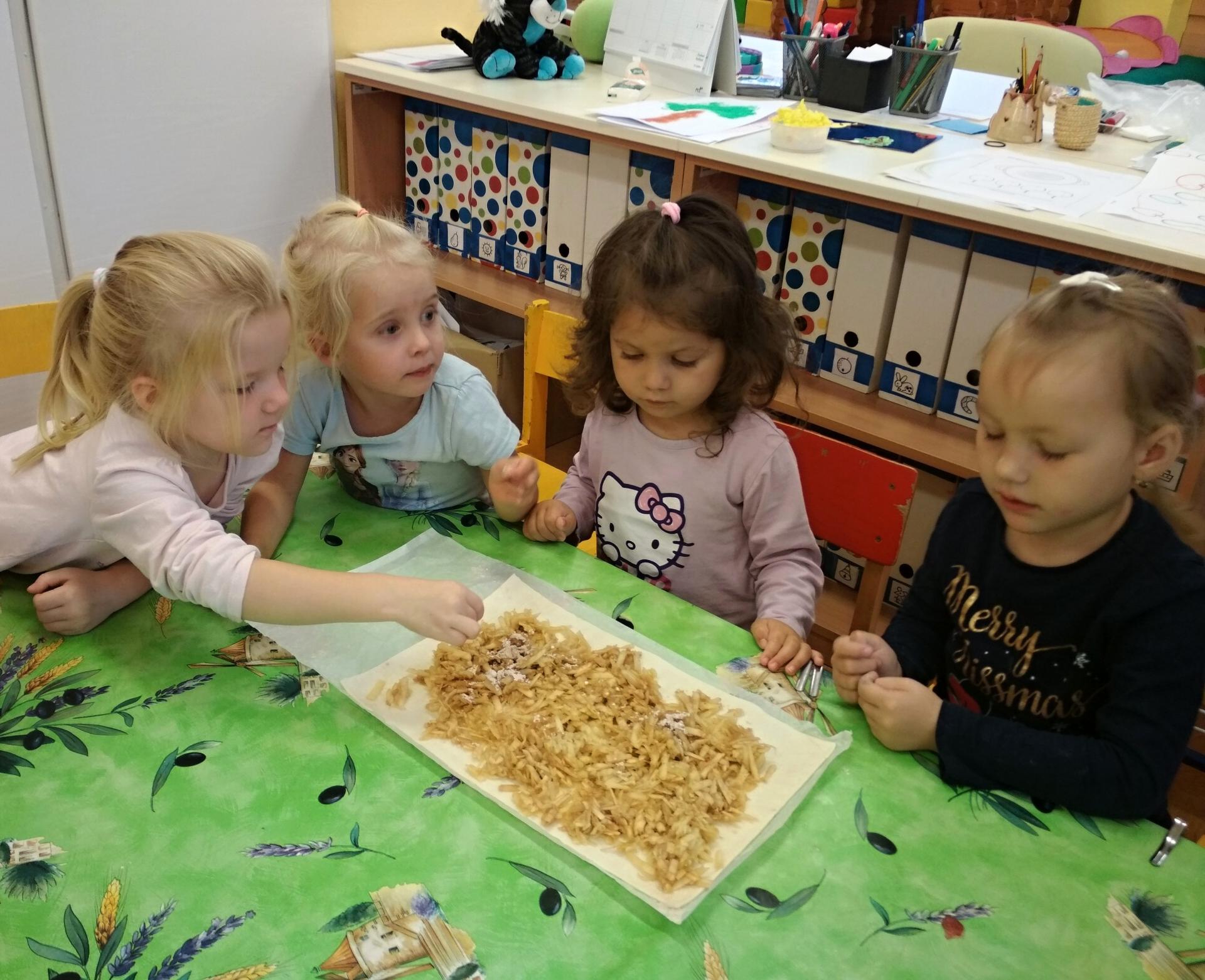Děvčata cukrují závin.
