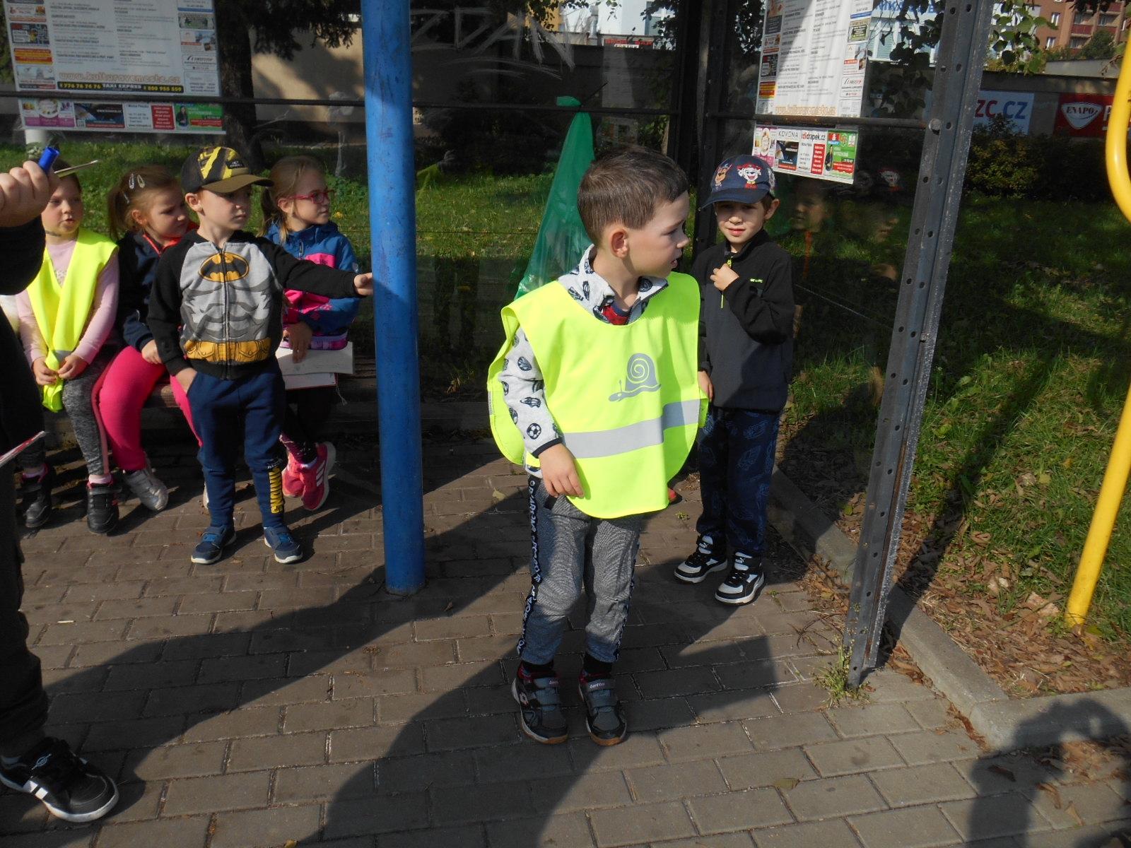 Děti na pozorování venku.