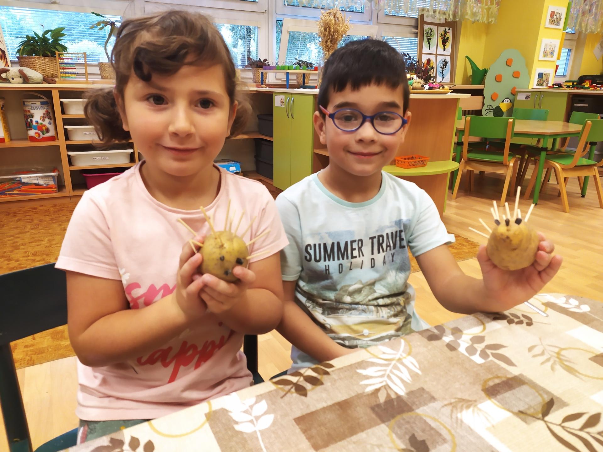 Děti vyrábějí ze zeleniny.